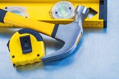 Nastro della costruzione e martello da carpentiere di misurazione livellati Immagine Stock Libera da Diritti