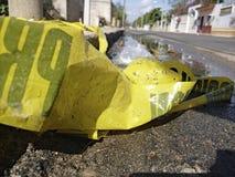 Nastro della polizia dell'incidente di cautela sulla via fotografia stock