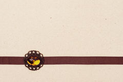 Nastro di Brown con broche Fotografie Stock Libere da Diritti