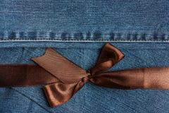 Nastro di Brown su struttura delle blue jeans Immagini Stock