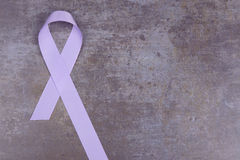 Nastro di colore della lavanda, simbolizzante consapevolezza per tutti i cancri Fotografie Stock