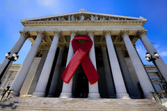Nastro di consapevolezza dell'AIDS sul Parlamento austriaco Fotografia Stock