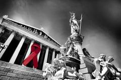 Nastro di consapevolezza dell'AIDS sul Parlamento austriaco Immagine Stock Libera da Diritti