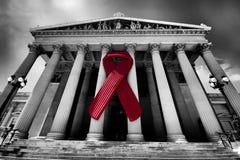 Nastro di consapevolezza dell'AIDS sul Parlamento austriaco Fotografia Stock Libera da Diritti
