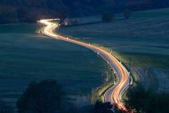 Nastro di indicatore luminoso sulla strada campestre Fotografia Stock Libera da Diritti