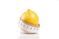 Nastro di misura con il limone Immagini Stock