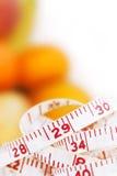 Nastro di misurazione con i frutti differenti Immagine Stock
