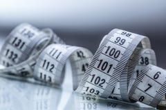 Nastro di misurazione curvo Nastro di misurazione del sarto Il primo piano rivaleggia Immagine Stock