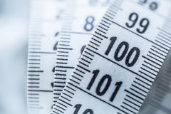Nastro di misurazione curvo Nastro di misurazione del sarto Il primo piano rivaleggia Fotografie Stock