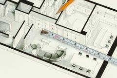 Nastro di misurazione del metallo e matita tagliente sul frammento d'ispirazione artistico autentico dell'appartamento del salone Fotografia Stock Libera da Diritti