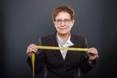 Nastro di misurazione della tenuta senior di signora di affari Fotografia Stock Libera da Diritti