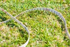 Nastro di misurazione di sport sul campo erboso, mostrante un segno del 1 tester Fotografia Stock Libera da Diritti