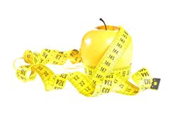 Nastro di misurazione intorno alla mela gialla, concetto di dieta Immagine Stock Libera da Diritti