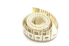 Nastro di misurazione rotolato isolato su bianco Fotografie Stock