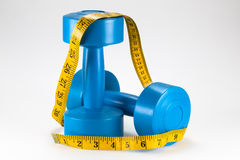 Nastro di misurazione su dumbell blu Fotografie Stock