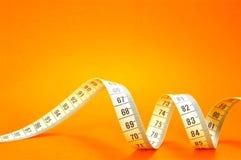 Nastro di misurazione sull'arancio Fotografie Stock