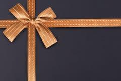Nastro dorato del regalo su un modello strutturato della lavagna nel fondo immagine stock libera da diritti