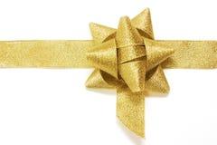 Nastro dorato ed arco del regalo isolati sopra bianco. così Fotografie Stock Libere da Diritti