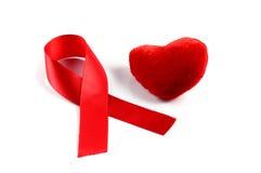 Nastro e cuore rossi di consapevolezza dell'AIDS Fotografia Stock