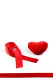 Nastro e cuore rossi di consapevolezza dell'AIDS Immagine Stock Libera da Diritti