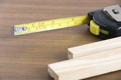 Nastro e legno di misura Fotografia Stock