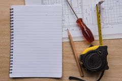 Nastro e modelli di misurazione del libro Concetto di ingegneria ed architettonico dell'alloggio Immagini Stock Libere da Diritti