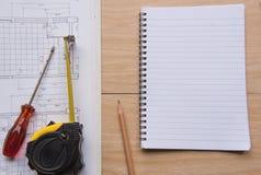 Nastro e modelli di misurazione del libro Concetto di ingegneria ed architettonico dell'alloggio Immagine Stock