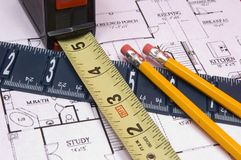 Nastro e righello di misurazione con le matite sulla casa floorplan Fotografie Stock Libere da Diritti