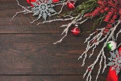 Nastro ed ornamenti rossi un fondo di legno rustico Fotografia Stock Libera da Diritti