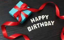 Nastro felice di rosso del contenitore di regalo del biglietto di auguri per il compleanno fotografie stock