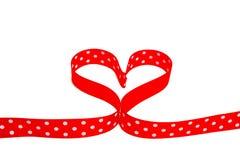Nastro a forma di di rosso del pois del cuore Fotografia Stock