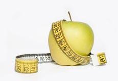 Nastro giallo di misura e della mela Fotografia Stock
