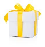 Nastro giallo legato bianco del contenitore di regalo isolato su fondo bianco Immagini Stock Libere da Diritti