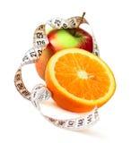 Nastro mezzo arancione di misura e della mela Fotografie Stock Libere da Diritti