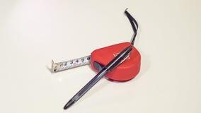 Nastro-misura rossa e la penna a sfera immagine stock libera da diritti
