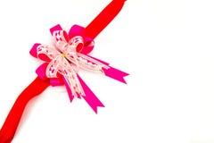 Nastro rosa dell'arco su fondo bianco Fotografia Stock
