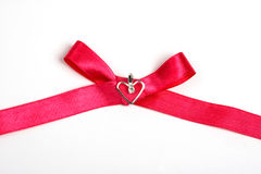 Nastro rosso con cuore, isolato Immagini Stock Libere da Diritti
