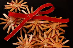 Nastro rosso con gli ornamenti della paglia Fotografia Stock Libera da Diritti