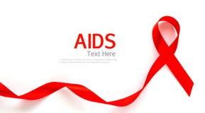 Nastro rosso del cuore di consapevolezza dell'AIDS isolato su bianco Immagini Stock