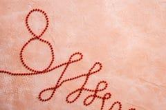 Nastro rosso di celebrazione del regalo nel fondo bianco del ove di forma di 8 cifre immagine stock