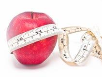 Nastro rosso di misura e della mela. Fotografia Stock