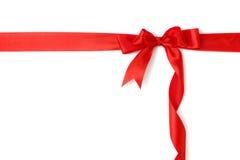 Nastro rosso ed arco del regalo isolati sopra bianco Immagini Stock Libere da Diritti