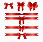 Nastro rosso ed arco messi per il contenitore di regalo di Natale di compleanno Reale Fotografia Stock Libera da Diritti