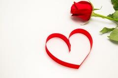 Nastro rosso nella figura del cuore Fotografie Stock