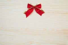 Nastro rosso su un fondo di legno con i percorsi di ritaglio Fotografie Stock Libere da Diritti