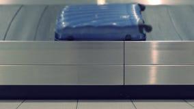 Nastro trasportatore all'aeroporto, vista laterale del bagaglio del primo piano stock footage