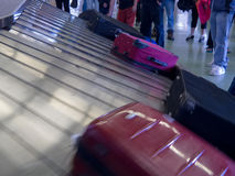 Nastro trasportatore aspettante dell'aeroporto del bagaglio di reclamo della gente Immagine Stock Libera da Diritti