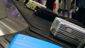 Nastro trasportatore del bagaglio all'aeroporto stock footage