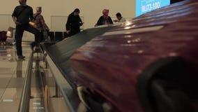 Nastro trasportatore del bagaglio dopo un volo video d archivio