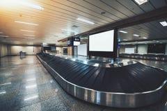Nastro trasportatore vuoto del bagaglio in terminale di aeroporto moderno immagine stock